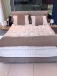 Κρεβάτι διπλό με μαξιλάρια στο κεφαλάρι